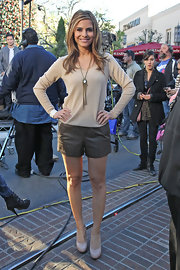 Maria Menounos showed off her legs in a pair of flirty leather shorts on the set of 'Extra.'