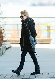 Michelle Williams stayed warm with this long patterned knit scarf.
