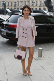 Miroslava Duma complemented her outfit with a chic tricolor single-strap tote.