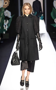 Cara Delevingne carried a leather tote to match her all-black Mulberry ensemble at the LFW.