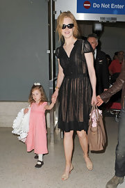 With her her adorable daughter in one hand, Nicole Kidman carried a luxe tan leather tote in the other.