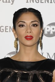 Nicole gave her lobes the Midas touch with a glistening golden pair of earrings.
