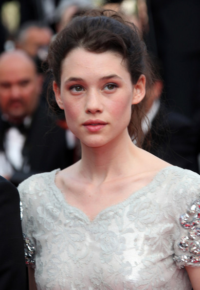 Astrid Berges Frisbey wore her hair in a loose, wavy ponytail during the 'Pirates of the Caribbean: On Stranger Tides' premiere.