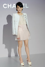 The petite beauty accessorized her pastel frock with cream platform slingbacks.