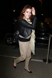 Kate Walsh traveled in style in demure pointy toe ballet flats.