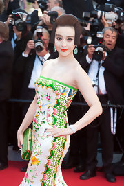 Fan Bingbing arrived at the opening ceremony of the Cannes Film Festival wearing a pair of white gold earrings set with emeralds and diamonds.
