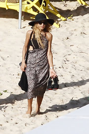 Rachel Zoe smartly avoided UV rays with a black wide-brimmed sun hat.