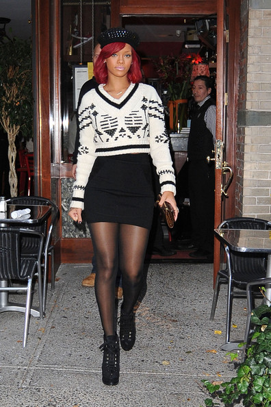 http://www1.pictures.stylebistro.com/pc/Rihanna+sports+beret+black+white+sweater+mini+WzGXrY4HnXVl.jpg