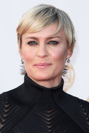 Robin Wright sported a simple layered razor cut at the 2013 Emmys.