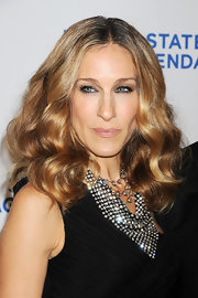 Sarah Jessica Parker loves a fully lined eye. to keep it subtle, she offsets her liquid liner with shimmery neutral shadow.