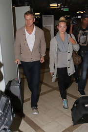 Peta Murgatroyd's oversized gray sweater gave the dancer a cozy and comfy travel look.