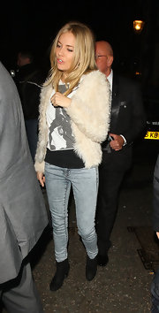 Sienna Miller paired her acid washed denim with a pair of black suede ankle boots.
