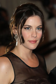 The actress sported a fuss-free low ponytail with loose face-framing waves.