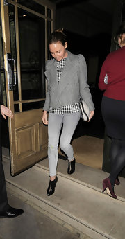 Stella McCartney complemented her houndstooth top with a pair of light gray skinny jeans.