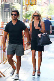 Kelly showed off her leather tote bag while hitting NYC with her husband.