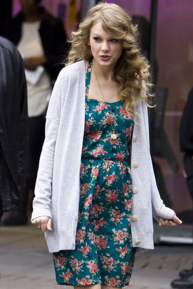 More Pics Of Taylor Swift Print Dress (7 Of 11)   Taylor Swift Lookbook    StyleBistro