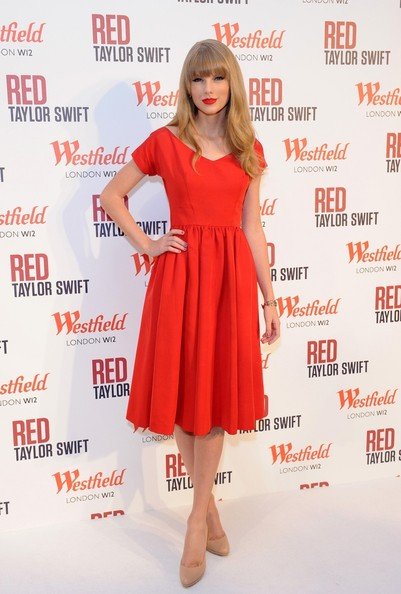 Taylor Swift switches on the Christmas lights and performs a few songs at Westfield Shopping Centre in London