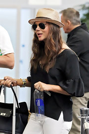 Tiffani Thiessen was one stylish traveler in this loose black blouse with bubble sleeves.