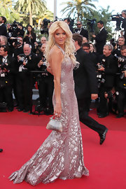 Victoria Silvestedt matched her glimmering silver embroidered gown with a petite satin evening purse.