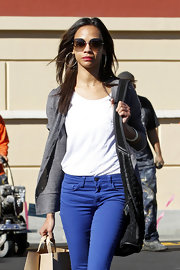 Zoe Saldana wisely kept her bright denim the focal point of her look by teaming her jeans with a loose gray cardigan.