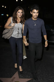 Actress Ashley Greene arrived at Katsuya restaurant with boyfriend Joe Jonas wearing a pair of 910 skinny jeans.