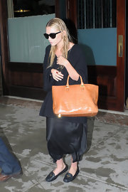 Ashley Olsen broke up the monotony of her all black street wear with a tan crocodile tote.