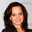Mena Suvari Hair - Medium Wavy Cut