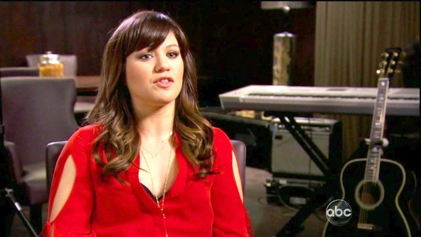 Kelly Clarkson wore her super shiny and slight ombre hair smooth at the roots with loose curls towards the ends.
