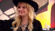Juliet Simms capped off her quirky boho-meets-rocker style with a sterling silver bib necklace.